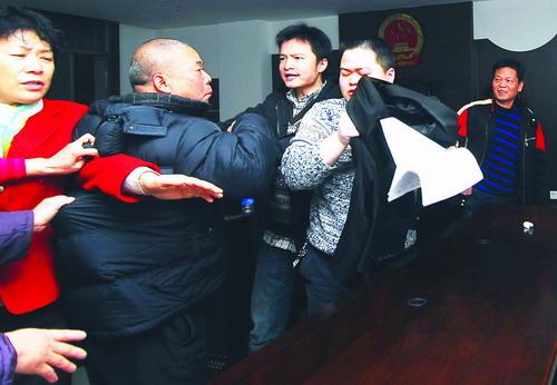 刘艳/(12月5日,天心区人民法院,宣判结束。五兄妹为修房的两份协议...