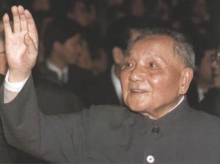 1992年10月19日,邓小平与出席中共十四大的全体代表亲切见面