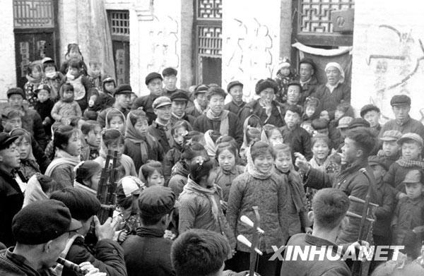 春节里,大寨村民在看村里自编自演的小节目(1964年摄)。