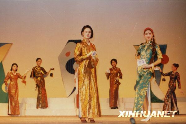 1986年,汪桂花(前左)在北方交大进行的一场时装表演中展示服装。