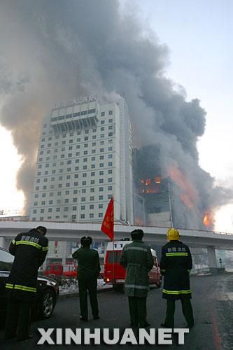 乌鲁木齐德汇国际广场火势殃及邻近酒店