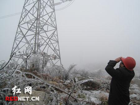 湖南冰冻天气威胁电网安全