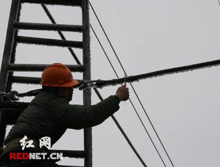 电力职工进行人工登杆除冰