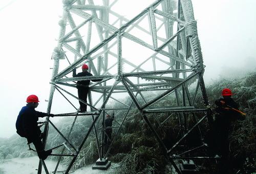 浏阳电力局工作人员在铁塔上除冰