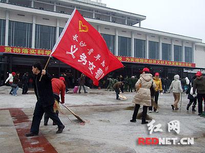 青年志愿者的旗帜在风雪中飘扬!-湖南组织青年除冰扫雪 正式启动风