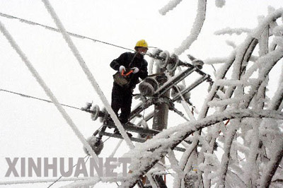 1月20日,黔东南州锦屏县电力职工抢修遭受冰冻灾害的电力设施。由于出现持续大范围的雪凝天气,贵州省黔东南苗族侗族自治州境内的凯里电网遭遇严重的冰冻灾害,当地电力部门已采取紧急措施,确保电网稳定运行。新华社发