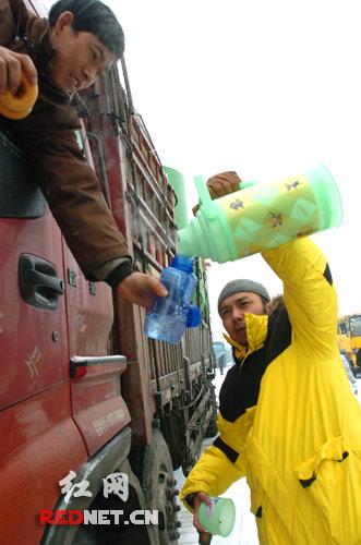 湖南卫视著名主持人汪涵给大货车司机送上热腾腾的开水。