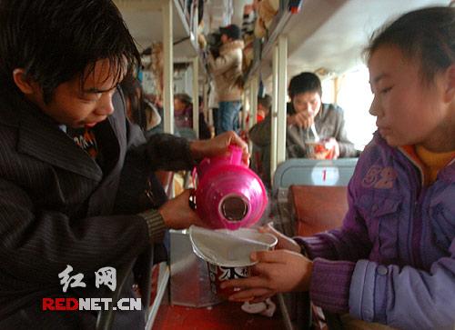 一辆重庆来的长途客车已经在路上滞留了4 天,热心人士援助终于使车上的人们可以用开水泡面吃了。