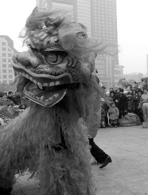 郴州市终于迎来好天气,市民纷纷走出家门,到市中心五岭广场观看社区