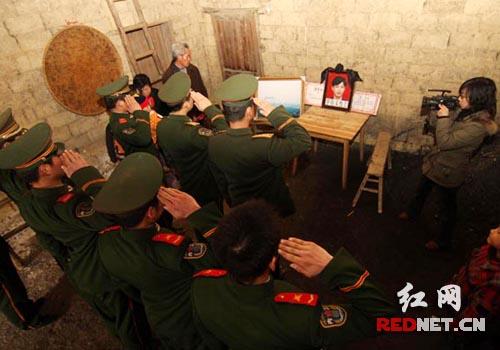 西西里人体艺术汤芳_43号铁塔重新矗立 抗冰烈士家属收到特殊礼物(图)