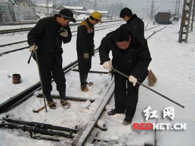 铁路职工日夜清扫道岔积雪