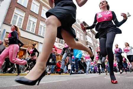 荷兰高跟鞋赛跑吸引眼球