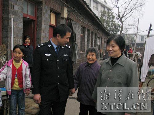 今天下午,湘潭市雨湖区鹤岭镇果沙社区居委会院内,随着阵阵鞭炮的劲响