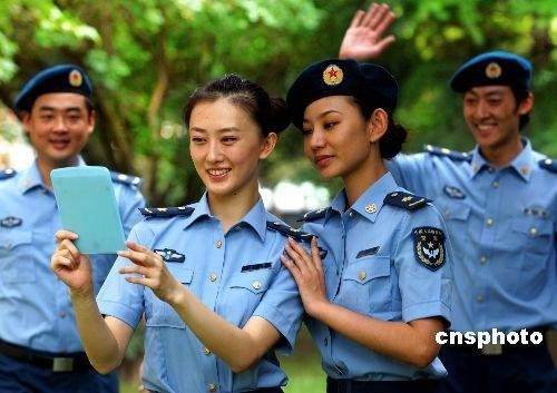 空军夏装的靓丽文职女军人-解放军全军士兵今夏全部换发07式新军装