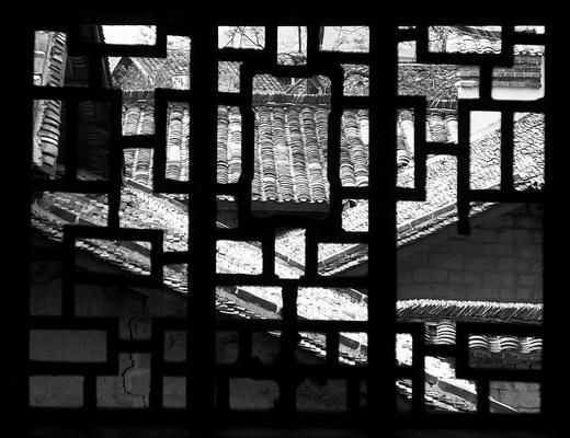 (田冲兰花屋场古色古香的镂空窗。中国红色药理学家张毅祖居地田冲兰花屋场始建于1882年,是典型的湖南古建筑。图/记者朱辉峰)   红网4月10日讯(潇湘晨报记者 徐海瑞 通讯员 姜猛 彭士奇)前日,文物大县宁乡县公布了一批新文物。这批文物多在被称为千年古镇、状元故里、理学源头的巷子口镇,包括古民居7处,古石桥41处,古墓葬(群)13处,古驿道2处。      古屋:周恩来保健医生祖居地      今年的清明节,巷子口镇举办了一场声势浩大的张栻祭祀典礼。这让张氏家族受到当地的格外关注。然而,