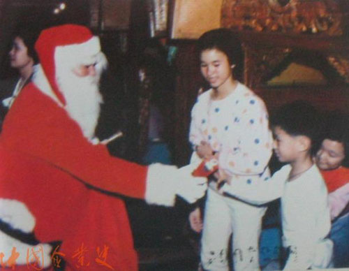 12月26日,广州街头出现圣诞老人为小朋友分派礼物