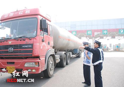湖南 高速公路/(民警加大对危险品运输车辆的管控力度)