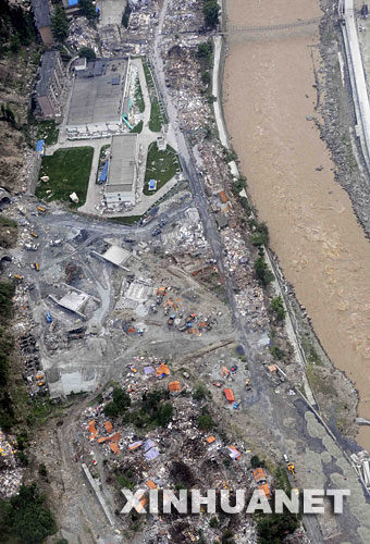 这是5月14日航拍的地震后汶川县映秀镇。新华社记者陈凯摄