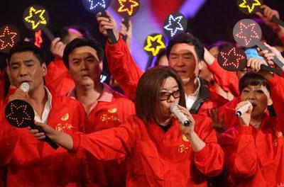 昨晚,歌手郭峰参加《同一首歌》赈灾晚会。
