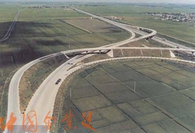"""1990年9月1日,沈大高速公路全线正式通车。被誉为""""神州第一路""""的沈大高速公路,8月20日开始全线试通车。它的建设成功表明:中国有能力建设一流的高速公路,中国的公路建设已跨入高速公路时代。"""