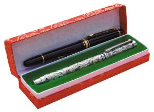 安子的父亲送给她的两支笔,10多年里,安子一直用来写作。