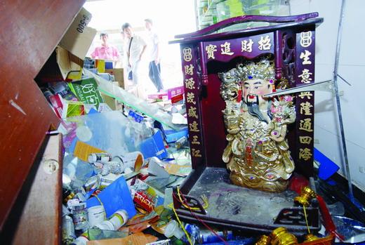 王旻/(昨日,液化气爆炸现场,财神爷的神像也被震得掉到地上。图/...