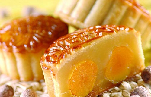 中秋临近,市民在食用月饼时应把握好分量,多食并不利于健康。