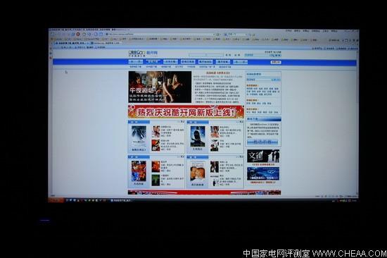 创维42L02RF 连接电脑点对点测试   很多玩家都喜欢把液晶电视当作电脑显示器来用,包括现在HTPC的发展,使得很多人都是用电脑来解码高清片源,这样液晶电视接驳电脑后的显示效果尤为重要。否则不仅不能用电视看网页玩游戏,连看电影的画质都要受到影响。    我们前面提到,创维42L02RF 采用了物理分辨率为1920*1080的液晶面板,这是标准的FULLHD分辨率,在显卡方面不需要做其他的设定,直接把分辨率调节到1920*1080即可。首先我们通过HDMI线直连电脑显卡与电视机,显卡为影驰8600GT
