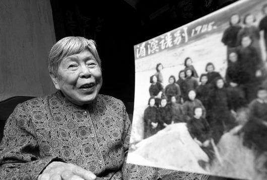 10月23日,长沙市下碧湘街,李儒秋老人一谈起李淑一老师当年给自己改正错别字时一脸幸福,她至今仍保留着和李淑一的合影。图/记者王�F