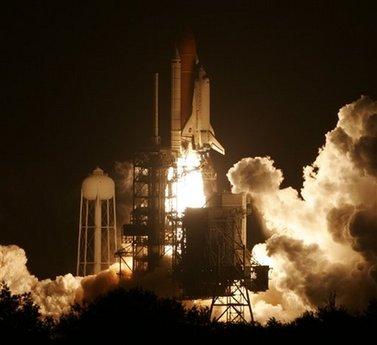 """""""奋进""""号航天飞机搭载7名宇航员飞往国际空间站"""
