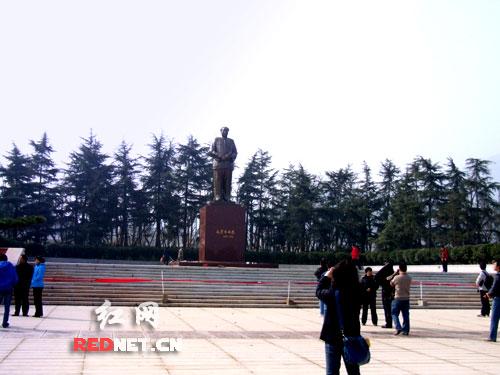 改建的毛泽东广场中,毛泽东铜像向东南移位约90米,朝向为东偏北51.5度。