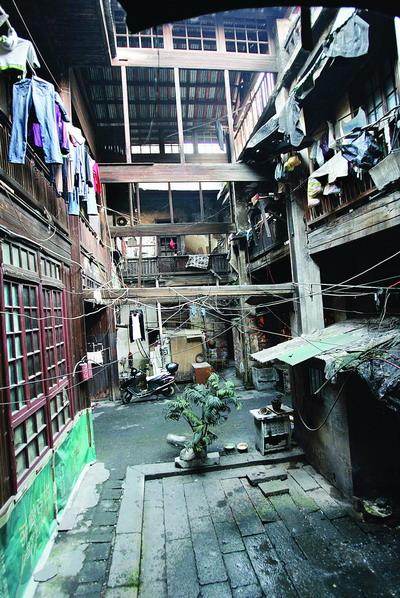 三层结构,木楼梯