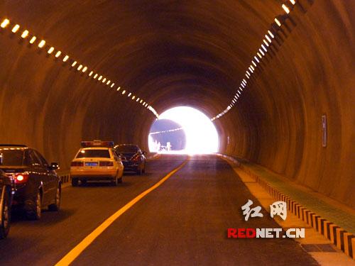 南北两条绕行公路将大大缓解韶山核心景区交通压力,图为南绕行公路部分隧道。