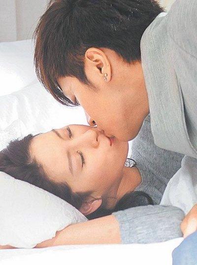 两人从街头吻到床上