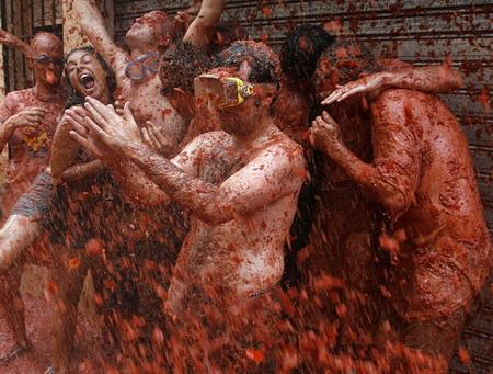Annual tomato fight revelry comeson stage in Bunol