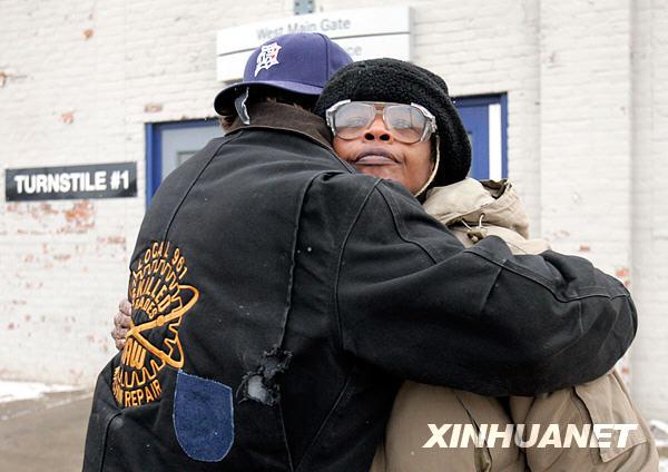 2008年12月12日,在美国克莱斯勒公司底特律轮胎厂,两名工人高清图片