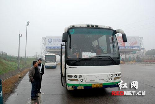 客车被交警带出高速公路转客-春运严查过后存侥幸 长途客车超载又