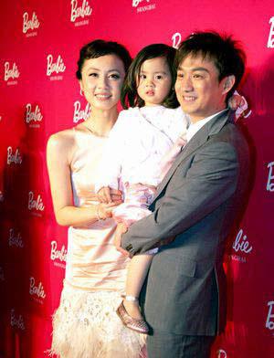 黄磊钟丽缇琦琦齐带女儿出席活动