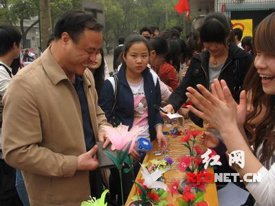 湖南农大学生党员自制手工艺品义卖助残(组图)