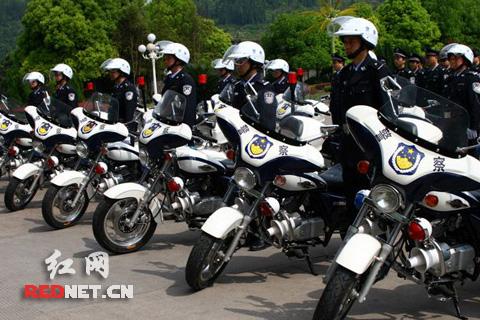 溪给14个社区和农村派出所发放警用摩托车(图