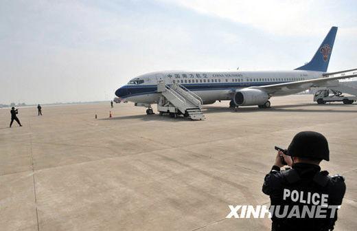 武汉天河机场举行反劫机演习(组图)