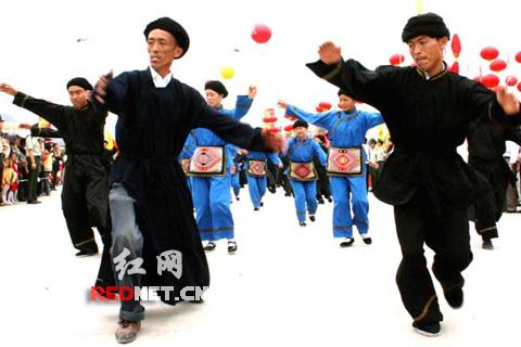 来凤县舍米湖的土家族农民,参加土家族万人摆手舞大游行时,...