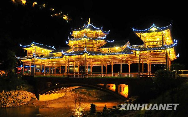 ...  位于贵州省黔东南苗族侗族自治州雷山县的西江千户苗寨有2