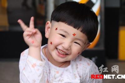 庆祝六一儿童节,三岁半的儿子剪头发