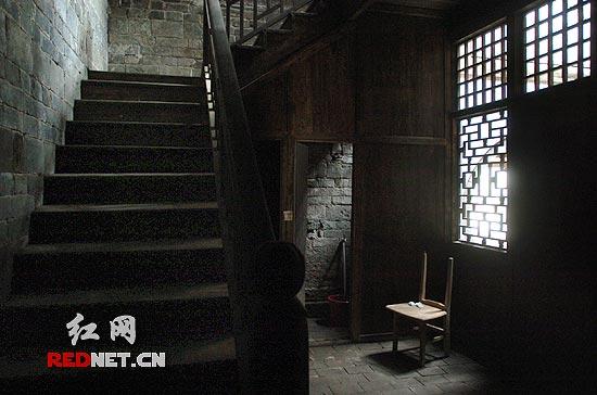 花格木窗,斑驳楼梯,依旧呈现旧时的模样.