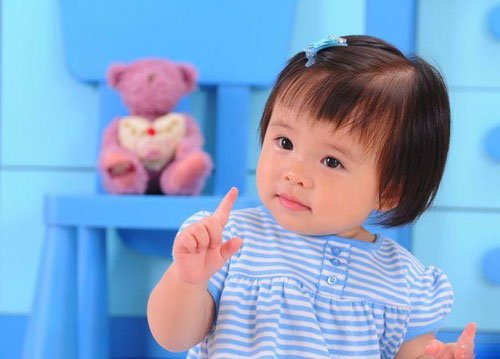 刘涛携爱女拍成长照 小姑娘眉眼清秀活泼可爱