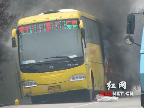 大巴车京珠高速突燃大火-客车京珠高速起火 办案民警紧急疏散旅客