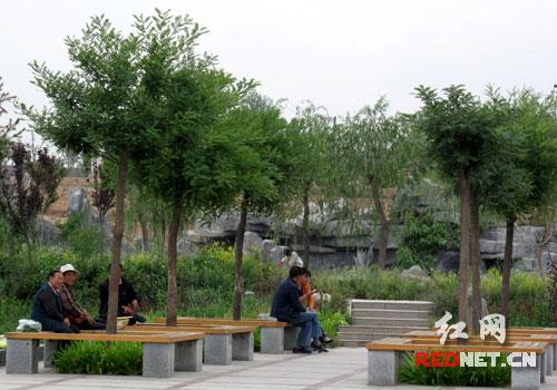 """野生动物近200种,被誉为青藏高原上的""""植物王国""""和""""天然动物园""""."""