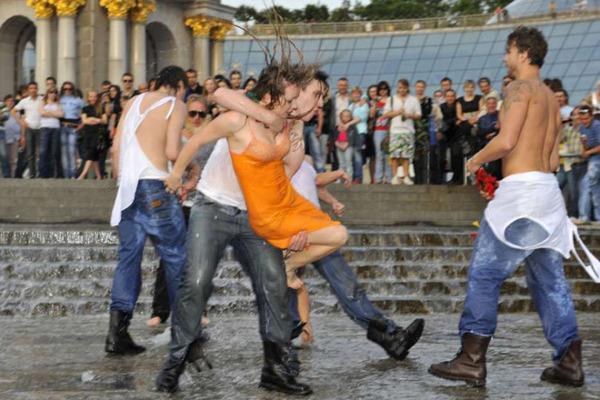 组图:乌克兰女孩裸体反色情