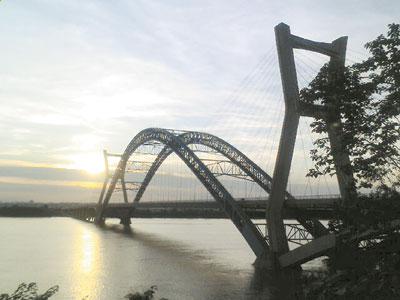 2007年7月1日竣工的湘潭第四大桥,也是湘潭湘江最漂亮的桥梁.